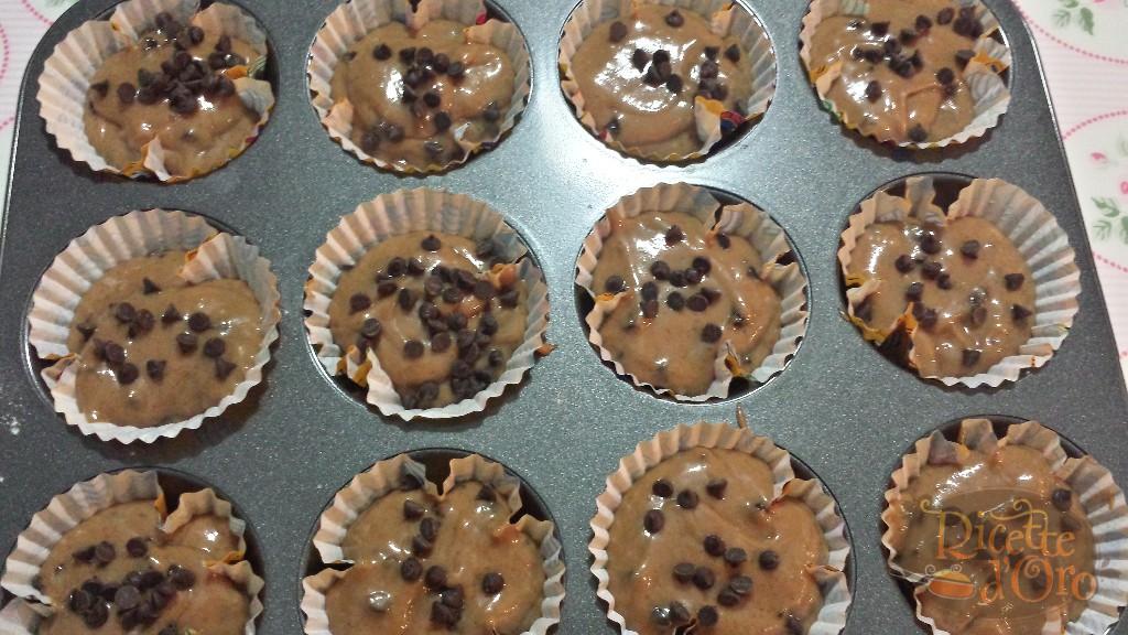 muffin-doppio-cioccolato-nei-pirottini-con-gocce-di-cioccolato