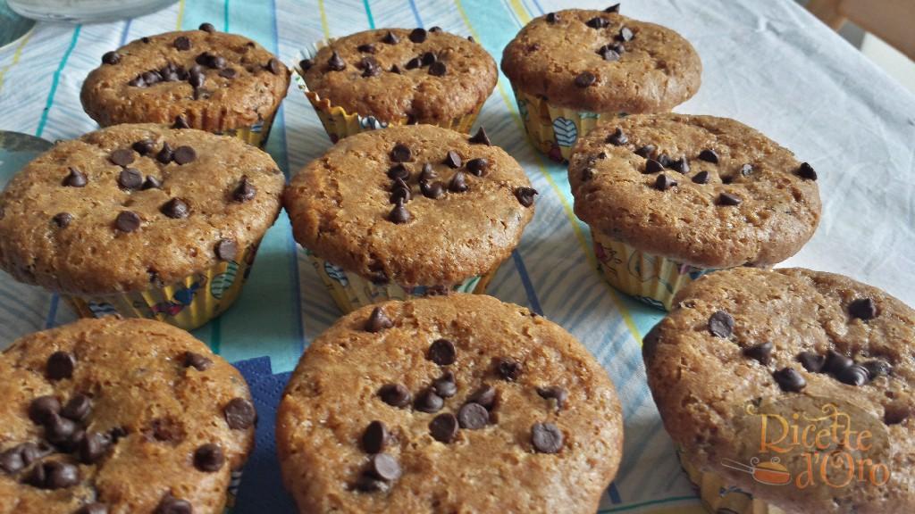 muffin-doppio-cioccolato-nei-pirottini-con-gocce-di-cioccolato-sfornati