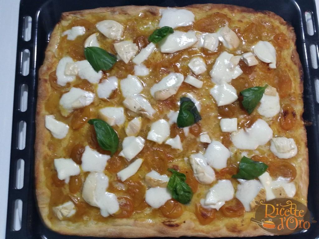 pizza-margherita-cotta-con-pomodori-datterini-gialli