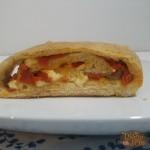 Rotolo di Pizza Con Peperoni e Provola